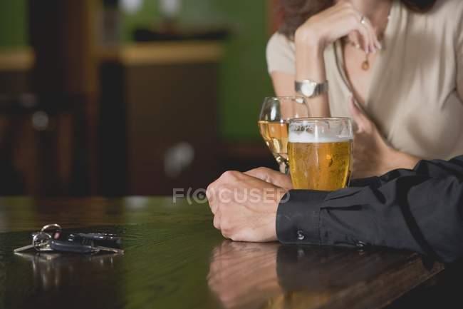 Чоловік і жінка в барі — стокове фото