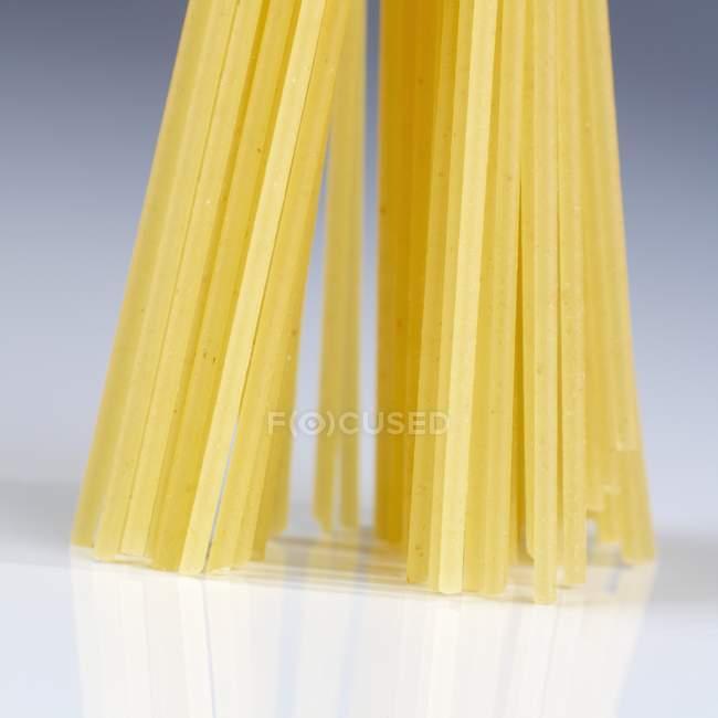 Сухие сырые спагетти — стоковое фото