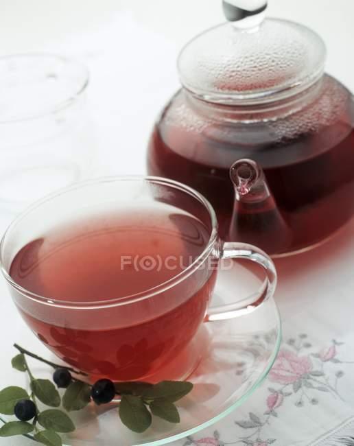 Théière et tasse de thé aux bleuets — Photo de stock
