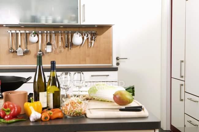Різні інгредієнти на роботу поверхні в кухні — стокове фото