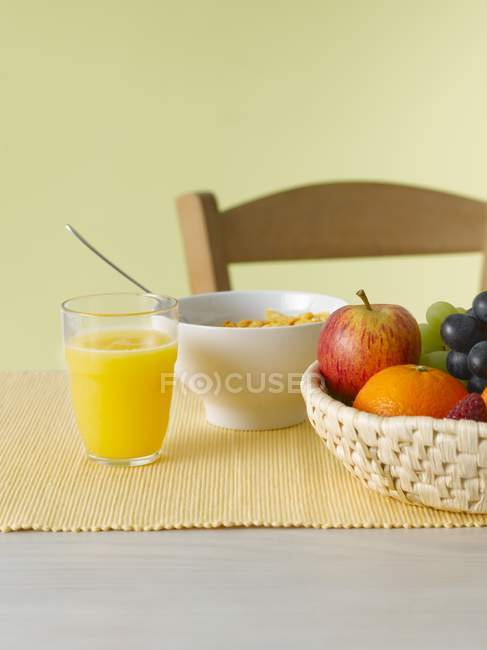 Nature morte avec fruits et jus — Photo de stock