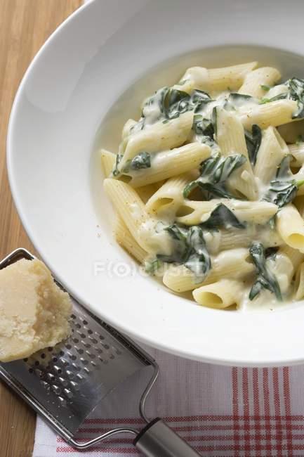 Penne rigate aux épinards et sauce à la crème — Photo de stock