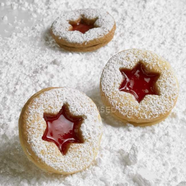Biscuits de Linzer sur le sucre à glacer — Photo de stock