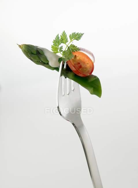 Espargos verdes em garfo — Fotografia de Stock