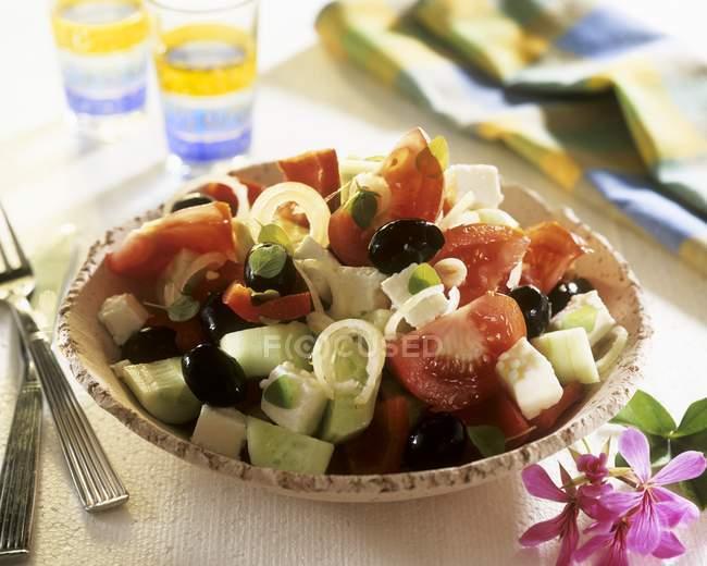 Griechischer Salat auf dem Teller — Stockfoto