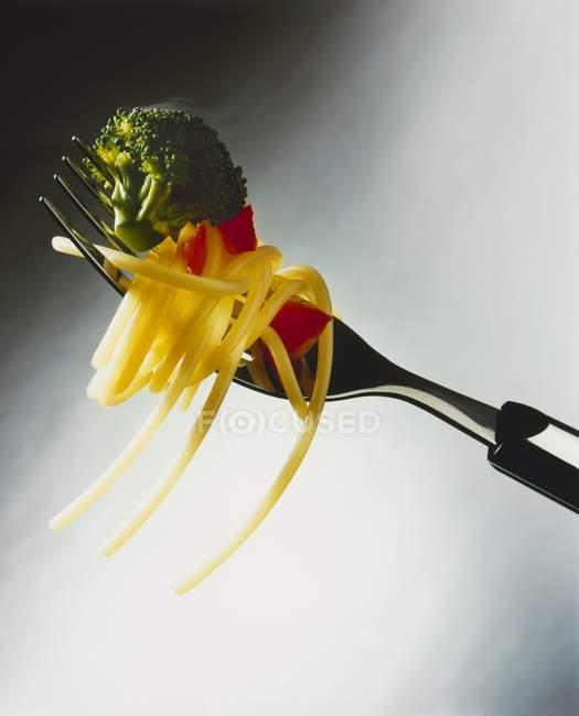 Espaguete e legumes em garfo — Fotografia de Stock