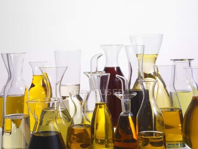 Varios tipos de aceite en los recipientes de vidrio diferentes - foto de stock