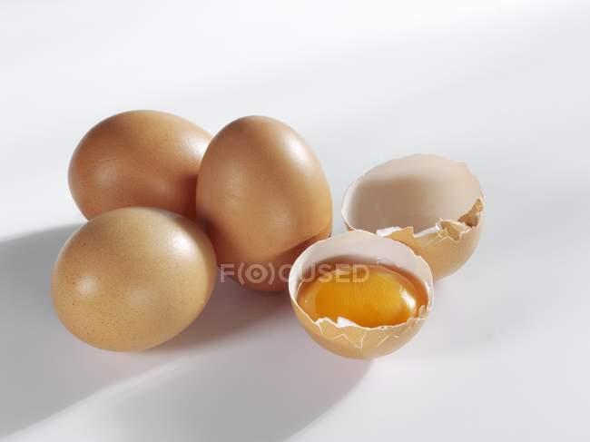 Цельные яйца и сломанной — стоковое фото
