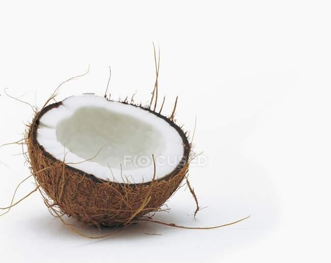 Половина свіжого кокосу — стокове фото
