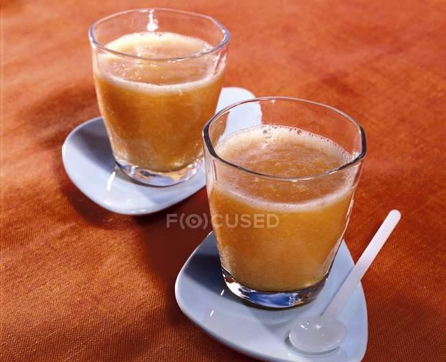Frullato di melone in due bicchieri — Foto stock
