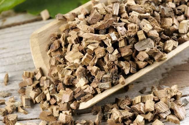 Крупним планом подання нарізану кори дуба поширені в дерев'яною лопаткою — стокове фото