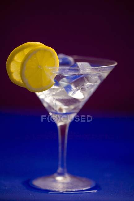 Martini with ice cubes and lemon slices — Stock Photo