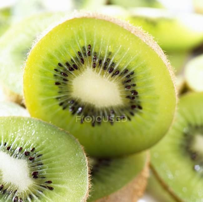 Halved kiwi fruits, close-up — Stock Photo
