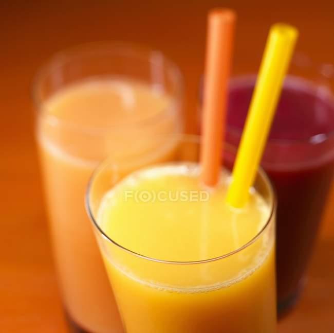 Orangensaft mit zwei Strohhalmen — Stockfoto