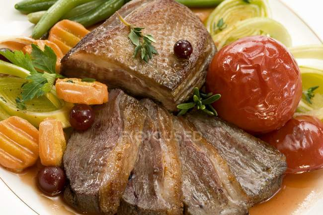 Pechuga de pato asado con verduras - foto de stock