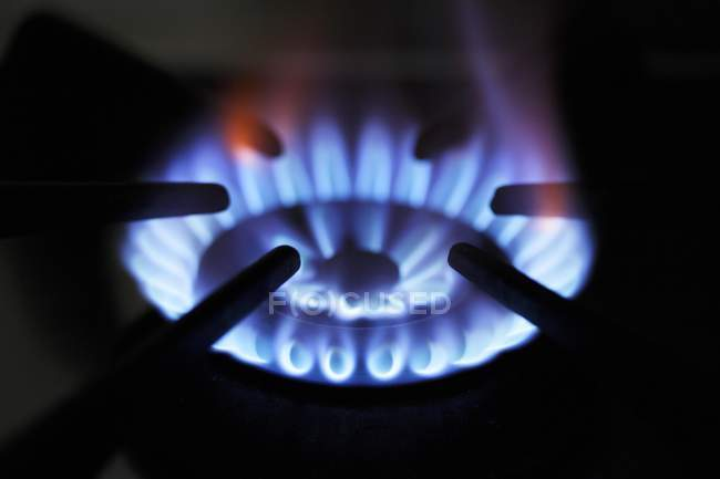 Крупним планом зору спалювання газу, плитою — стокове фото