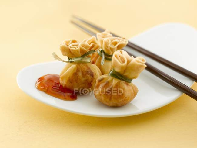 Crevette dimsum sur plaque blanche — Photo de stock