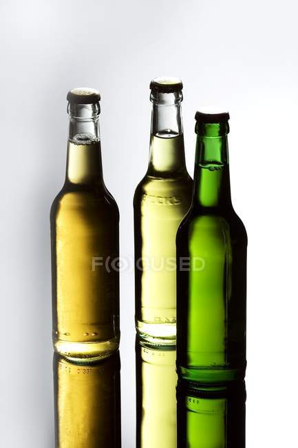 Три бутылки пива — стоковое фото