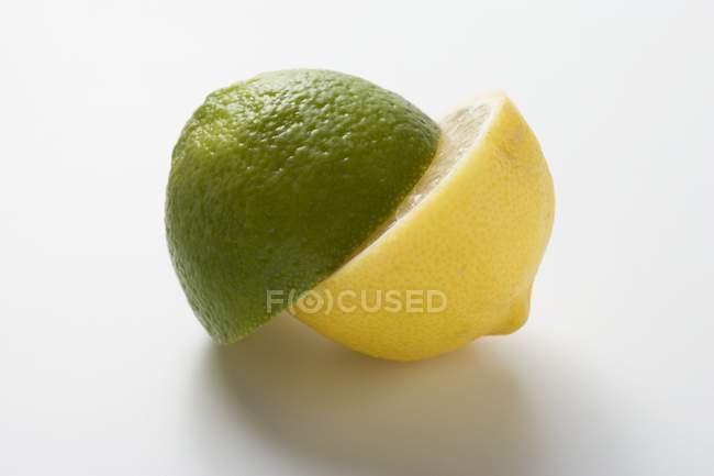 Halb Limette und halb Zitrone — Stockfoto