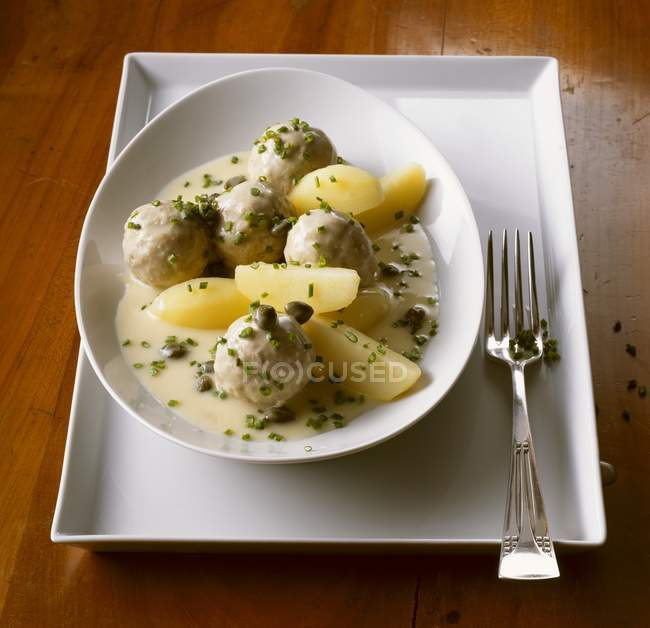 Boulettes de viande à la sauce blanche et pommes de terre — Photo de stock