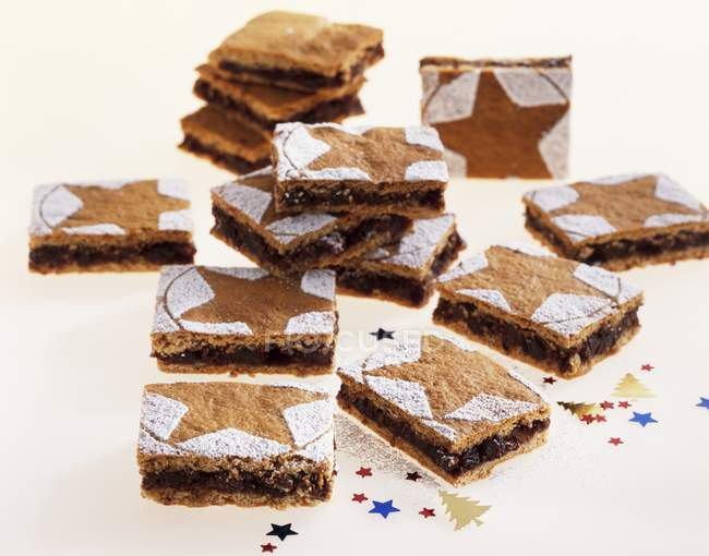 Vue des tranches de pain d'épice avec chocolat et noix de remplissage — Photo de stock
