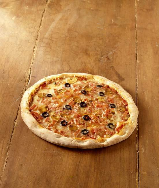 Pizza with mushrooms and black olives — Stock Photo