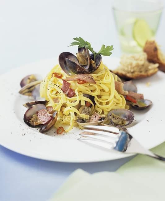 Тальятелле с морепродуктами в пластине — стоковое фото