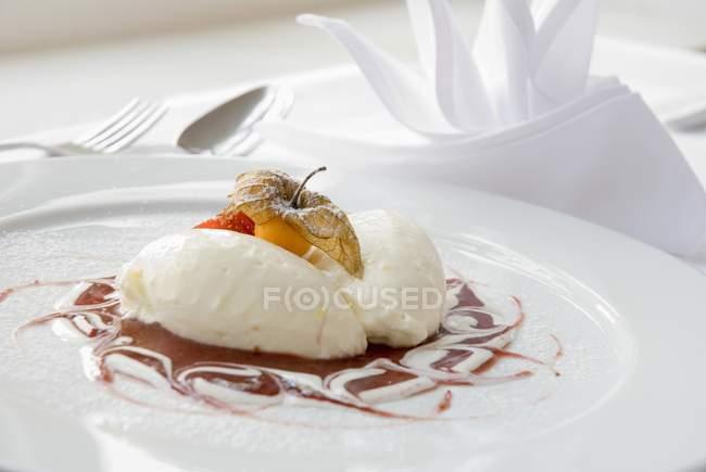 Empanadillas de requesón sobre espuma de frambuesa - foto de stock