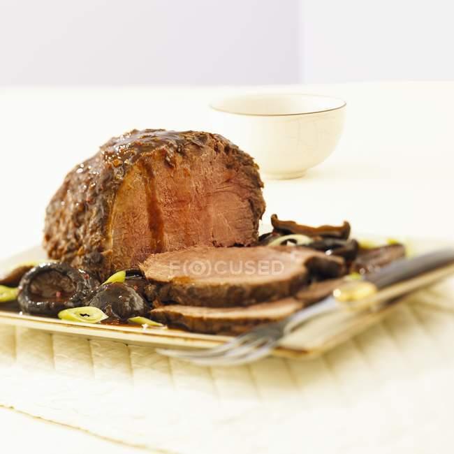 Carne assada com cogumelos — Fotografia de Stock