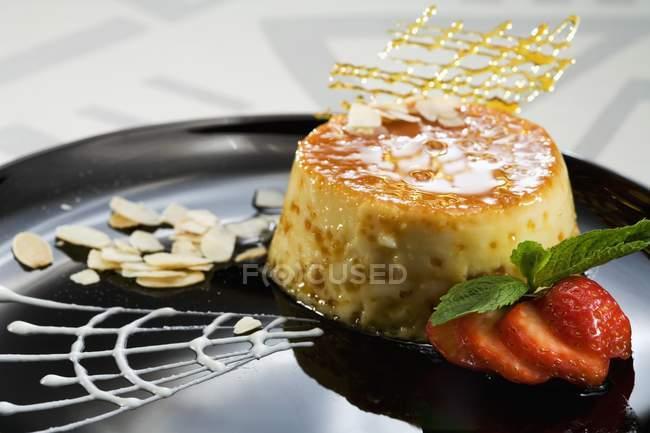 Crema pasticcera pesca con grata di caramello — Foto stock