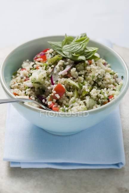 Кус-кус салат з овочами і м'яти — стокове фото