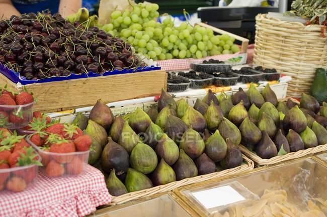 Frutas y bayas maduras frescas - foto de stock