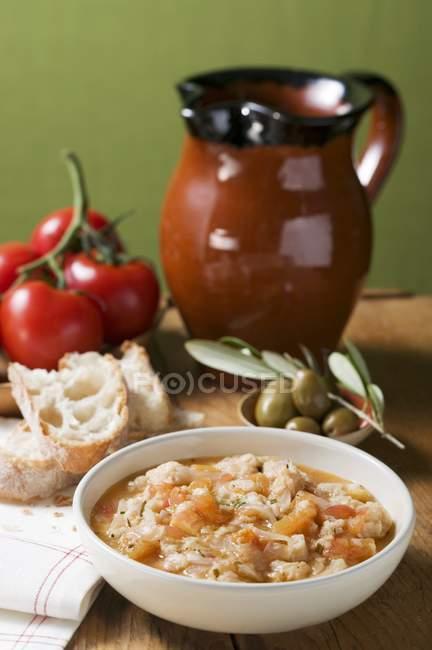 Brotsuppe mit Tomaten in Schüssel — Stockfoto