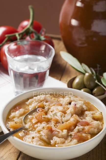 Brotsuppe mit Tomaten in weißer Schüssel — Stockfoto
