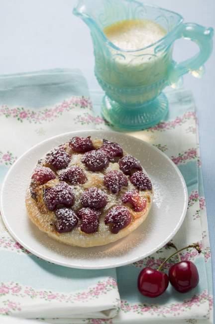 Tarta de cereza con glaseado de azúcar y crema - foto de stock