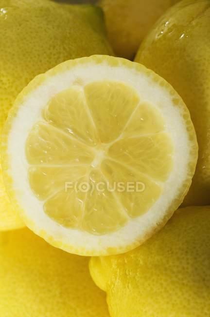 Frische halbe Zitrone — Stockfoto