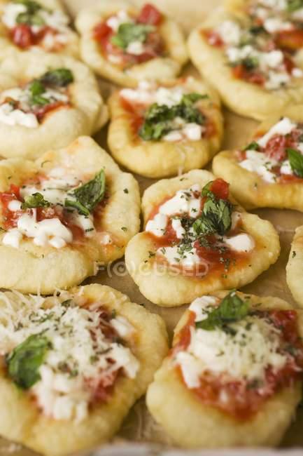 Mini-pizzas with tomatoes — Stock Photo
