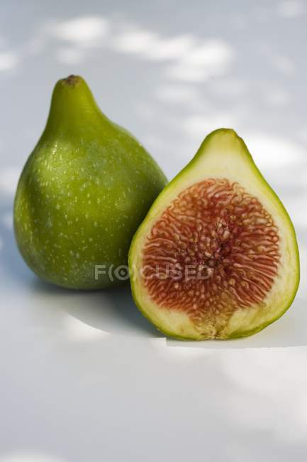 Whole and halved figs — Stock Photo