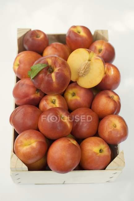 Nectarinas frescas y maduras - foto de stock