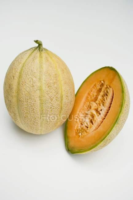 Melão cantalupo em corte — Fotografia de Stock