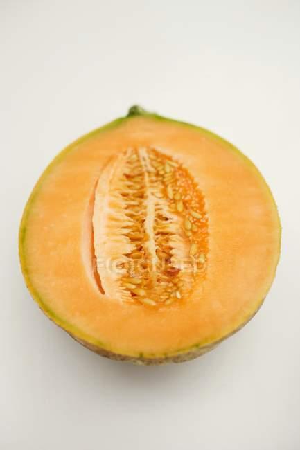 Metade de melão cantalupo — Fotografia de Stock