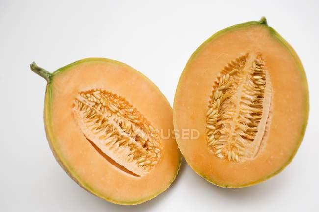 Melão cantalupo cortados ao meio — Fotografia de Stock