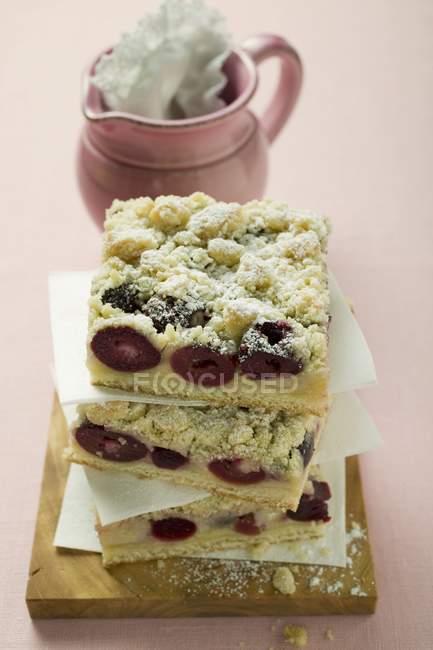 Черри раскрошить торт в кучу — стоковое фото