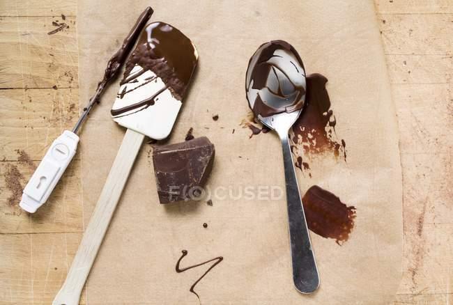 Шматочок шоколаду на дерев'яні поверхні — стокове фото