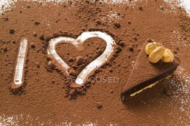 Vista close-up de I carta e coração escrito em pó de chocolate por torta — Fotografia de Stock