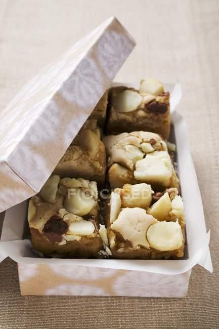 Pequeños trozos de pastel de chocolate - foto de stock