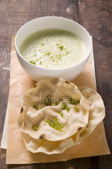 Soupe de curry indien aux poppadams — Photo de stock
