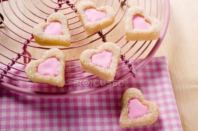 Biscoitos em forma de coração no rack de bolo — Fotografia de Stock