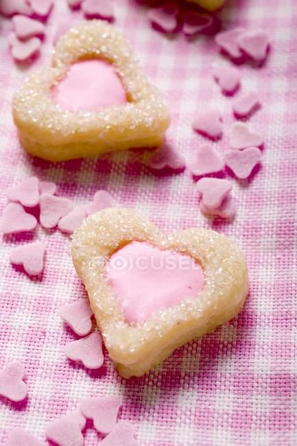 Печенье в форме сердца с розовой глазурью — стоковое фото
