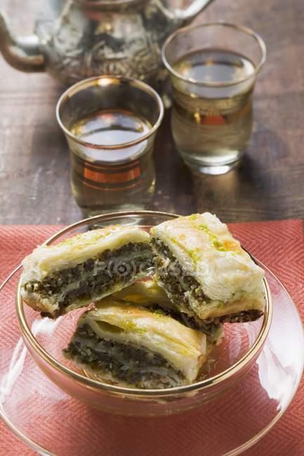 Pasticceria di baklava con miele e pistacchi — Foto stock